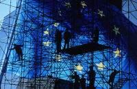 Obrázok – Európska vlajka na pozadí kovového lešenia