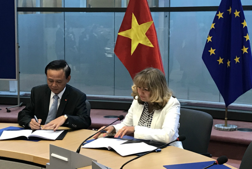 Dr. Ha Cong Tuan and Mrs. Astrid Schomaker initialled the Vietnam-EU VPA