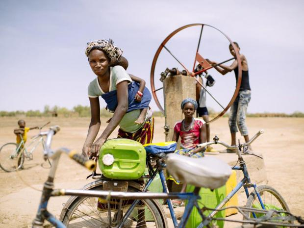 A woman collects water for her family, Burkina Faso. ©Ollivier Girard/CIFOR