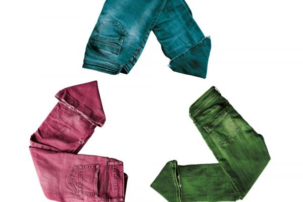3 pairs of jeans compose the recycle sign