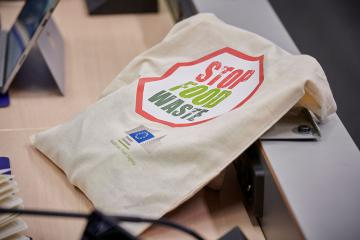 Tote bag with 'Stop Food Waste' logo on it © EU