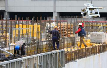 Workers on a construction site © EU