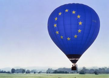 A balloon with the EU emblem flying off the ground © EU