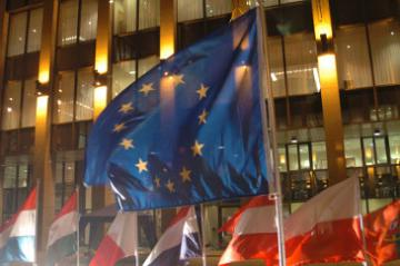 Flags in front of the Justus Lipsius building © EU