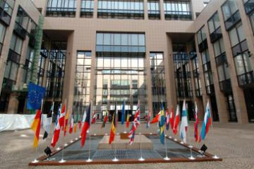 The courtyard with flags in the Justus Lipsius building © EU