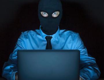 A man wearing a mask in front of a computer © EU