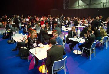 Entrepreneurs exchanging ideas © EU