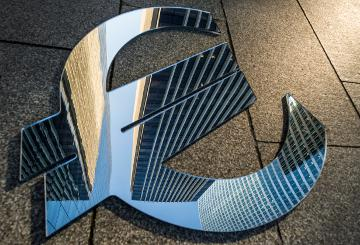 The euro symbol mirroring a skyscraper © EU