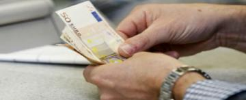 Euro bills in someone's hands © EU
