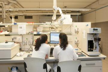 Researchers in a laboratory working on innovative medicine © EU