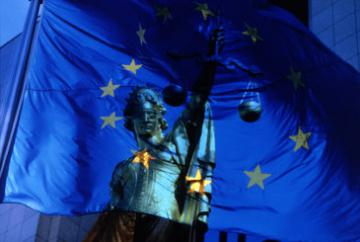 Lady Justice with the EU flag © EU