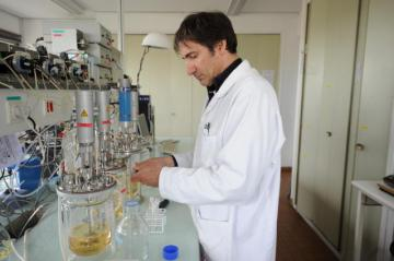 A researcher running tests on food samples © EU
