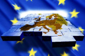 A map of Europe shaped as a puzzle in front of an EU flag © EU