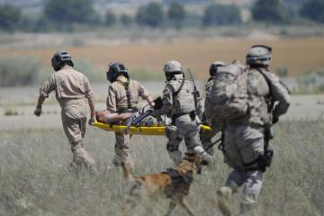 Soldiers carrying a wounded person on a stretcher © EU