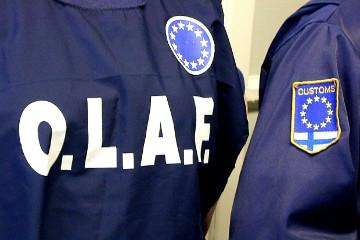 An agent wearing an OLAF jacket © EU