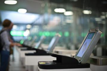 People using automated border control e-gates at an airport © EU