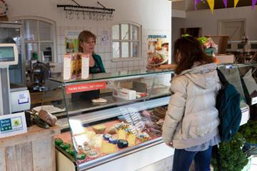 A salesperson with a customer in a shop © EU