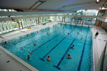 People exercising in a swimming pool © EU