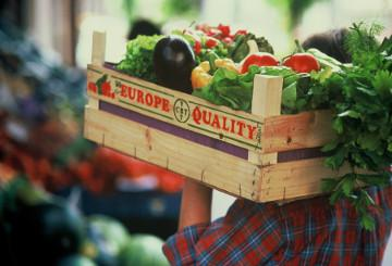 Vegetables in a wooden basket © EU