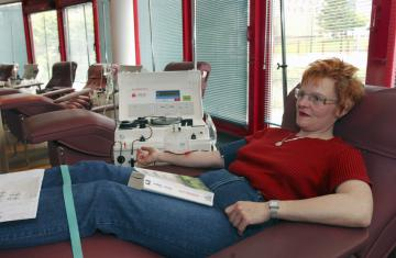 A woman giving blood in a hospital © EU