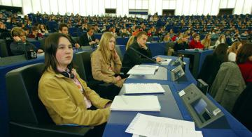 Young people in an assembly © EU