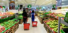 Shoppers in fruit and vegetable section of a supermarket © EU
