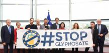 Group holding #stopglyphosate banner © EU