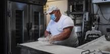 A baker working with a face mask during the coronavirus pandemic in Barreiro, Portugal © EU