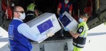Four men unload boxes of protective masks from airplane in Italy © EU