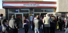 Queue of people outside employment office © EU