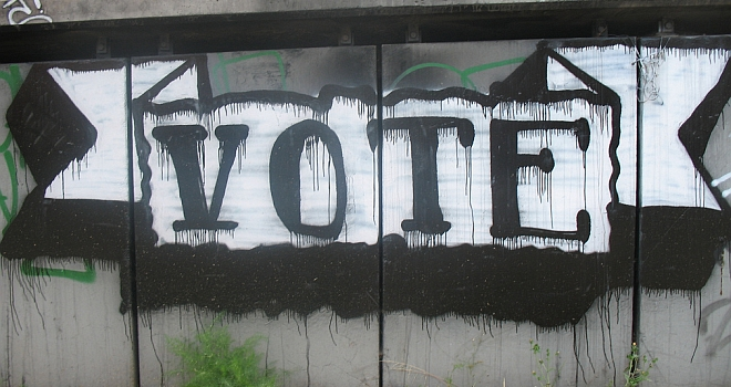 "Graffiti-Banner: ""Vote"""