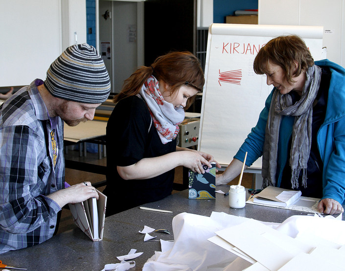 Cian and Philipa learning bookbinding - © Vesa Joensuu, Raahen Seutu.